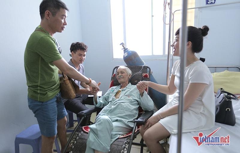 Diễn viên Duy Thanh tươi tỉnh khi Xuân Bắc, Vân Dung tới thăm