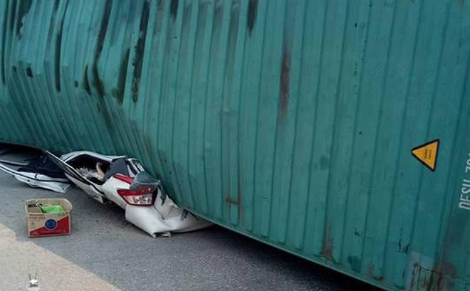 Container đè nát xe 5 chỗ, 2 người tử vong