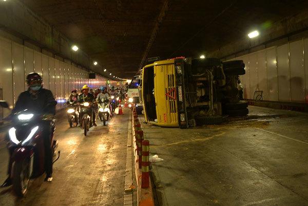 TPHCM, tai nạn giao thông, hầm vượt sông Sài Gòn, lật xe, phỏng tỏa