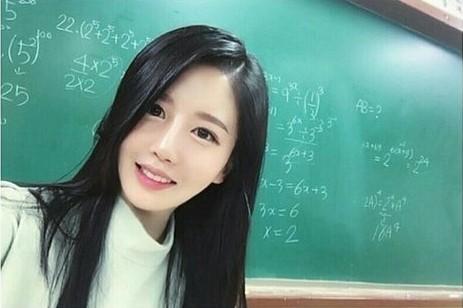 Dân mạng tìm kiếm cô giáo dạy Toán xinh như hot girl