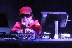 Ngày làm há cảo, đêm cụ bà 82 tuổi hóa thân thành DJ cuồng nhiệt