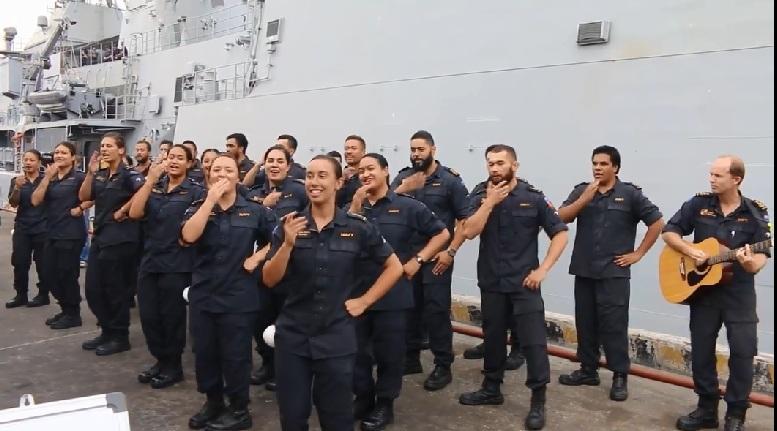 Binh sĩ hải quân New Zealand nhảy múa vui nhộn ở cảng Đà Nẵng
