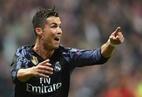 """Gặp lại HLV Ancelotti, Ronaldo """"đáp lễ"""" thế này đây"""