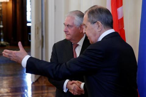 Ngoại trưởng Nga - Mỹ lạnh lùng bắt tay nhau