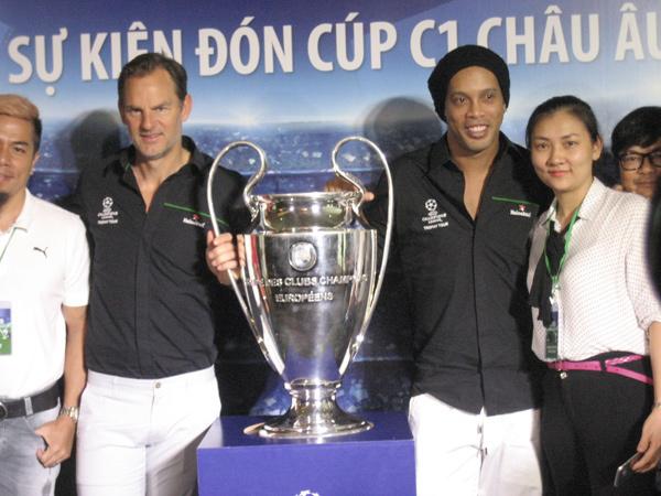 Ronaldinho trả lời phỏng vấn VietNamNet: Hạnh phúc khi được trở lại Việt Nam