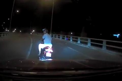 Thanh niên tạt đầu ô tô rồi chỉ tay 'dằn mặt' tài xế