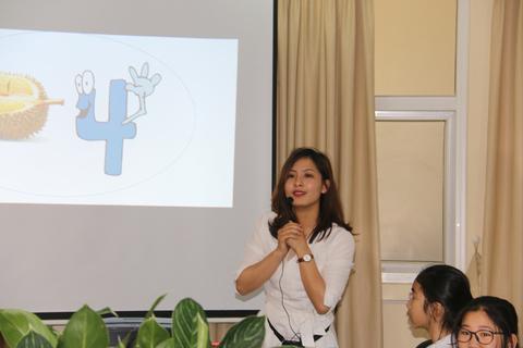 Cô giáo xinh đẹp dạy chống xâm  hại tình dục