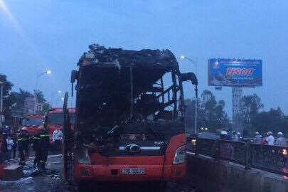 Xe giường nằm cháy dữ dội trên quốc lộ 1A