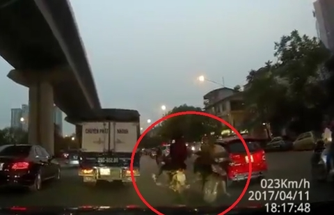 Cố đi ngược chiều, người đàn ông bị đâm ngã trước đầu ôtô