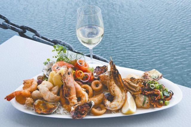 Thực khách ăn hết hơn chục triệu tiền hải sản rồi nhảy xuống biển quỵt tiền