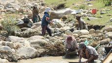 Khoét núi, vượt sông đào vàng: Ngàn người mơ đổi đời