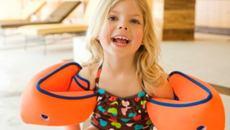 Trẻ bơi mùa hè: Dè chừng phao tay có thể gây ung thư