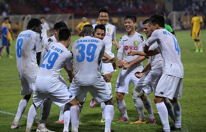 Trọng tài 'quên' thổi 11m, Hà Nội FC thắng SLNA ở phút 90+5