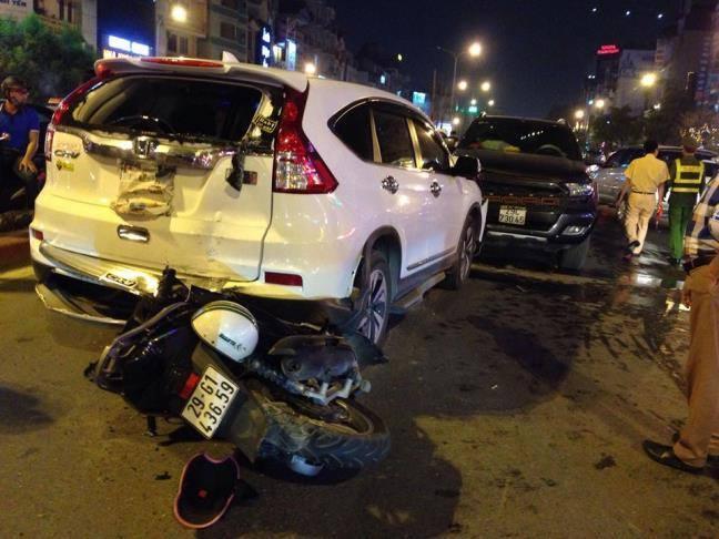Ô tô tông trực diện ở Hà Nội, nam thanh đi xe máy bị gẫy cổ