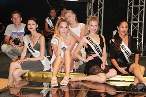 Hình ảnh tập luyện của các thí sinh trong cuộc thi sắc đẹp không bikini