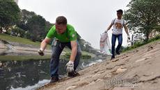 'Ông Tây móc cống' lại nhặt rác sông Tô Lịch