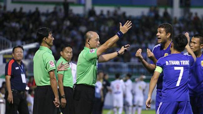 Vòng 13 Toyota V-League 2017: Khi trọng tài lại... nổi lửa