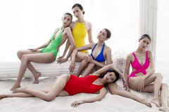 Dàn mẫu nữ mỏng manh trong những thiết kế đa màu sắc