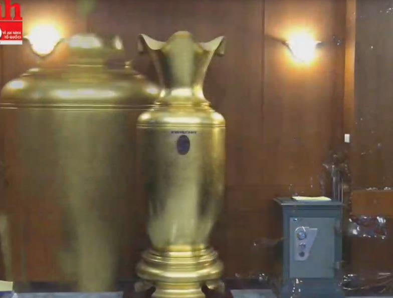 Ngắm cặp lộc bình khổng lồ dát vàng, giá gần nửa tỷ đồng