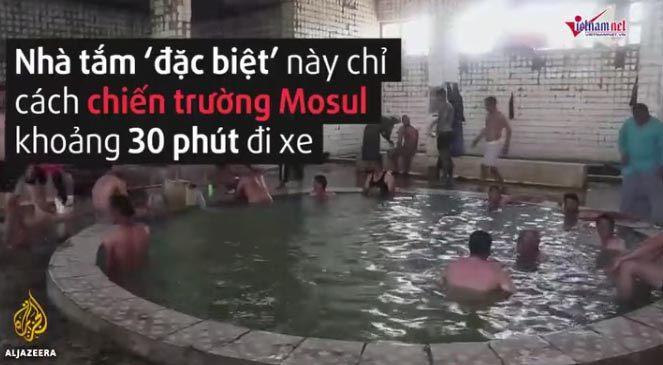 Binh sĩ Iraq và phiến quân IS tắm chung