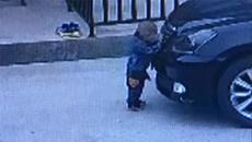Bé 2 tuổi sống sót hy hữu sau khi bị cuốn vào gầm xe
