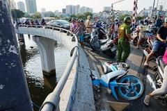 Tông thành cầu, 2 thanh niên chạy xe máy rơi xuống kênh