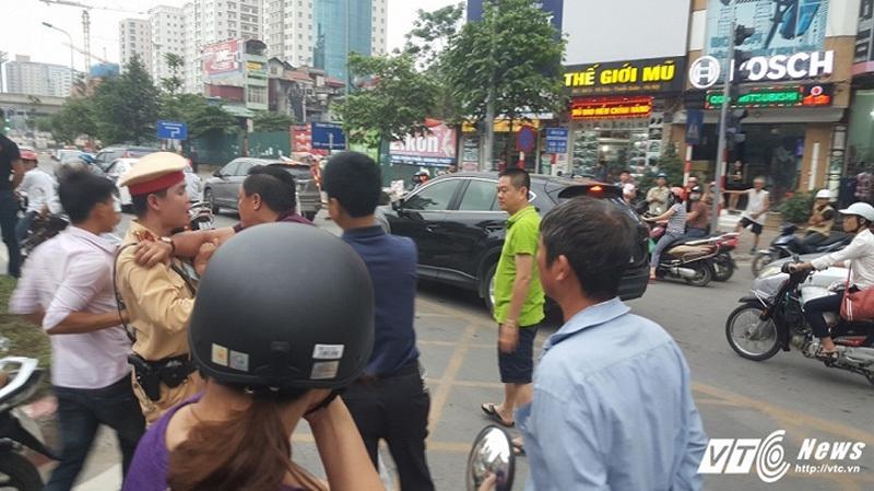 Đi vào làn BRT, người trên ô tô hung hăng đánh tài xế xe máy
