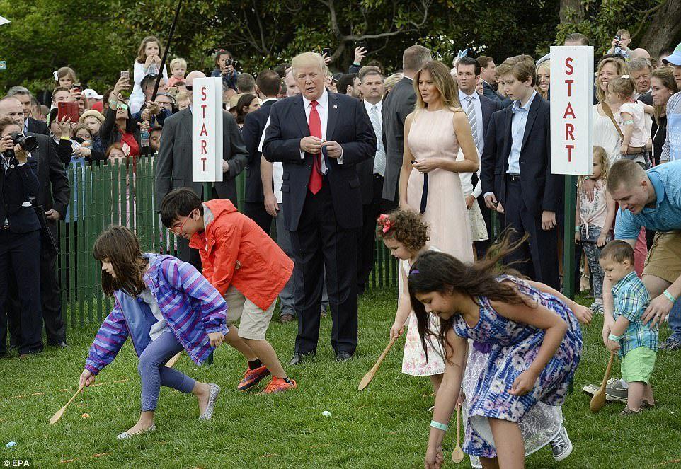 Vợ ông Trump nhắc khéo chồng tư thế hát quốc ca