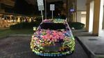 Đỗ bất chấp biển cấm, ô tô bị dán kín giấy màu