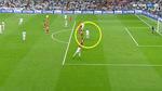 """Pique """"cạn lời"""" khi xem Ronaldo ghi 2 bàn ở thế việt vị"""