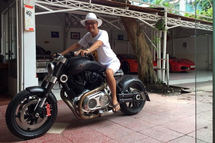 Choáng váng thú chơi mô tô khủng của đại gia Việt