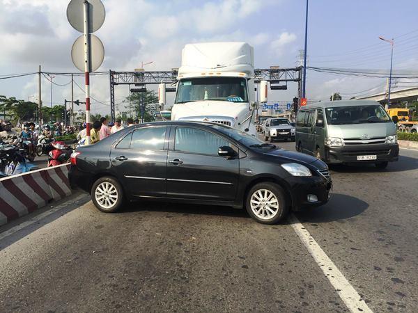 Nữ tài xế la hét trong ôtô bị container húc xoay ngang thân ở Sài Gòn