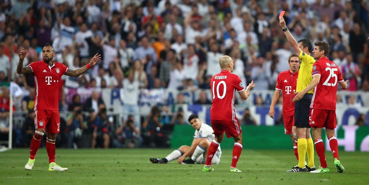 Bayern bị loại đau: Pep đã 'tiếp tay' cho trọng tài như thế nào?