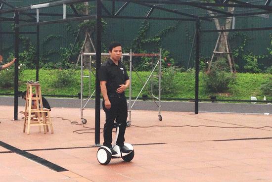 Độc nhất Hà Nội: Đi xe điện cân bằng bê đồ ăn cho khách