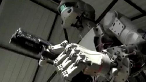 Robot bắn súng bằng cả 2 tay siêu đẳng xuất hiện