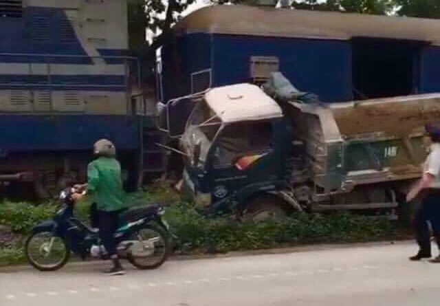 Tàu hỏa tông xe tải xoay nghiêng, tài xế nguy kịch