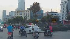 2 bé gái ngồi trên nóc ô tô chạy khắp phố Hà Nội