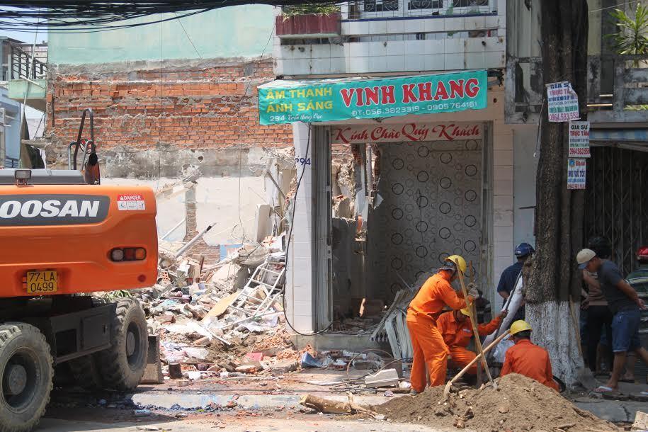 Nhà 3 tầng đổ sập, một người văng ra đường tử vong