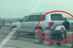 Truy tìm lái xe 'rủ nhau' tháo barie tẩu thoát trên cầu Thanh Trì