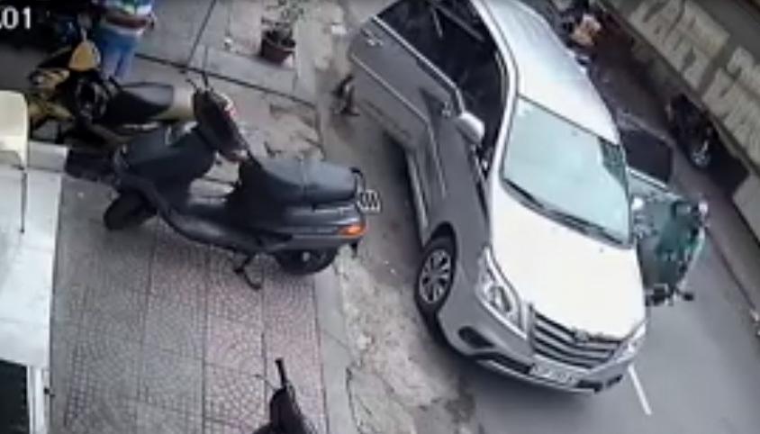 Mở cửa xe không quan sát gây tai nạn nghiêm trọng