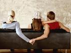 Chồng đang ôm eo 'phở' gặp vợ hớn hở khoác tay 'bồ'