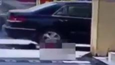 Bé gái bị ô tô cán qua người hai lần vẫn tự ngồi dậy