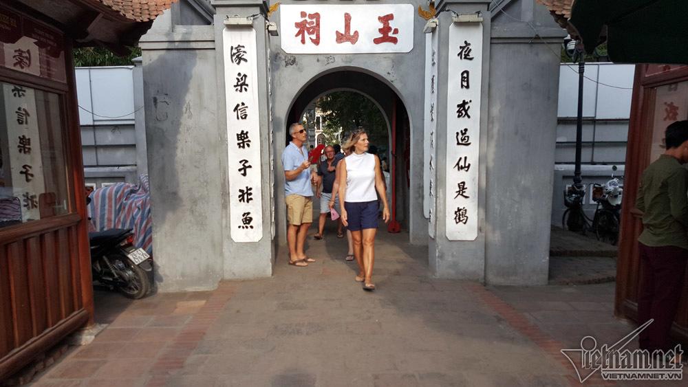 Váy ngắn, quần cộc qua cửa đền Ngọc Sơn phải thêm động tác này