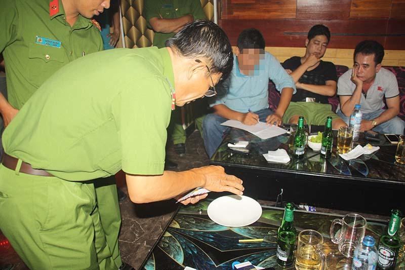 Hàng chục 'đàn anh' Sài Gòn phê ma túy ở karaoke bậc nhất Tây Đô