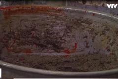 Kinh hãi cua xay: Dùng xẻng xúc cát, trộn hóa chất như trộn... vữa