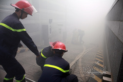 16 xe cứu hoả chữa cháy ở toà nhà cao thứ 2 Hà Nội