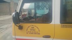 Tài xế 'biểu diễn' lái xe buýt một chân sẽ bị xử nghiêm