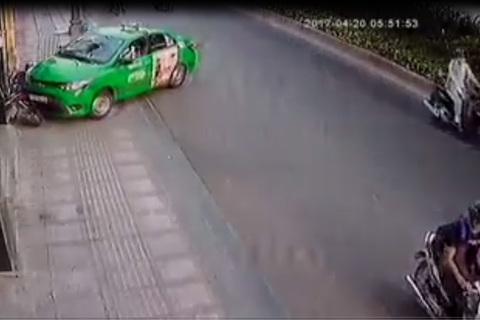 Tài xế tông thẳng taxi vào tên cướp túi xách ở Sài Gòn