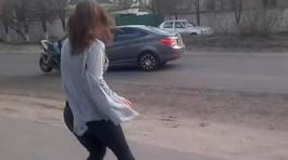 Ngắm gái nhảy bốc lửa, lái xe phân khối lớn đâm thẳng đầu ô tô