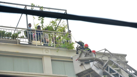 Giải cứu 10 người mắc kẹt trong đám cháy lớn
